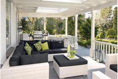 luxe hard houten veranda met inrichting