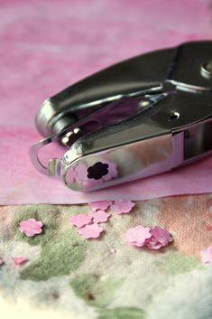 Maalaa vesiväreillä hailakan vaaleanpunainen paperi, molemmin puolin. Itse tykkään että väri saa olla elävä, sävykäs, se tuo kukkiin ...