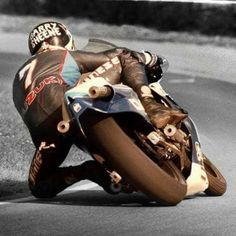 Barry slides round in style Motorcycle Suit, Motorcycle Racers, Suzuki Motorcycle, Old School Motorcycles, Racing Motorcycles, Valentino Rossi, Grand Prix, Course Moto, Motogp Race