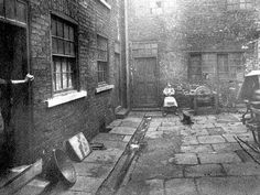 An old Yard taken from Leeds History Facebook page. Date? Perhaps early 1900s? Old Pictures, Old Photos, Leeds Castle, Leeds City, Yorkshire England, Slums, Back In Time, Street Photography, Social Realism