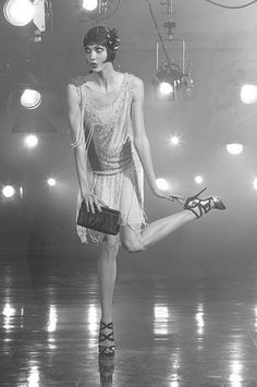 A Flapper doing the Charleston Dance in the Roaring Twenties. Look Gatsby, Gatsby Style, Flapper Style, 1920s Flapper, 1920s Style, Foto Fashion, 20s Fashion, Fashion History, Vintage Fashion