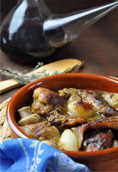 """Receta 860: Guiso de conejo con cebollitas y champiñones » 1080 Fotos de cocina  - proyecto basado en el libro """"1080 recetas de cocina"""", de Simone Ortega. http://www.alianzaeditorial.es/minisites/1080/index.html"""