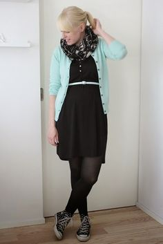 Black and mint green outfit, pregnancy style / Kotisaari