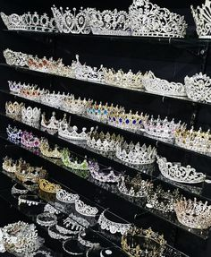Glamor and luxury Glamour und Luxus Glamor and luxury - Cute Jewelry, Hair Jewelry, Jewelry Accessories, Glamour, Follow Insta, Princess Aesthetic, Crown Aesthetic, Bridal Crown, Fantasy Jewelry