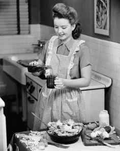 Cozinhe para os amigos. Esta vale principalmente para quem não sabe fritar um ovo. Pois, mesmo que ninguém coma o experimento, você vai divertir-se muito.