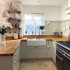 Image may contain: kitchen and indoor Cosy Kitchen, Kitchen Dining, Kitchen Decor, Kitchen Ideas, Kitchen Planning, Kitchen Trends, Kitchen Inspiration, Country Kitchen, Dining Room