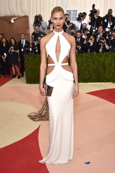 Karlie Kloss Box Clutch - Karlie Kloss paired her gown with an embellished gold box clutch by Lisa Perry. Karlie Kloss was bold and sexy in a white Brandon Maxwell gown with a barely-there bodice during the Met Gala. Gigi Hadid, Kendall Jenner, Taylor Swift, Anna Wintour, Ball Dresses, Nice Dresses, Formal Dresses, Long Dresses, Elegant Dresses