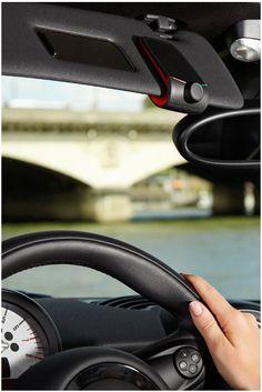 Parrot Minikit Neo - Jednoduchá prenosná handsfree sada do auta s hlasovým ovládaním, vytáčaním kontaktov podľa mena, ktorá umožňuje pripojiť až 2 telefóny naraz. Výborná kvalita zvuku, digitálne spracovanie signálu s výraznou redukciou šumu a potlačením ozveny. Obsahuje snímač vibrácie pre automatické spustenie, výdrž na batérie až 6 mesiacov. Podporná aplikácia pre iOS a Android.