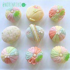 cute wagashi in pastel colors 和菓子 Japanese Treats, Japanese Cake, Japanese Food, Cute Desserts, Beautiful Desserts, Japanese Pastries, Japanese Wagashi, Chocolates, Edible Art