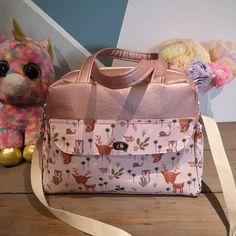 Bettina_and_co sur Instagram: Voilà sac à langer pour une future petite fille... Patron de chez @patrons_sacotin Ils sont tellement bien expliqué que ça devient une…