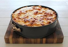 Rigatoni Pasta Pie Is this real life? This deep-dish pasta pie is like nothing you've ever seen. Rigatoni Pasta Pie, Baked Rigatoni, Pasta Carbonara, Ravioli Lasagne, Pasta Recipes, Cooking Recipes, Tasty, Yummy Food, Pasta Dishes