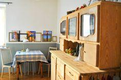 """I etap konkursu """"Wnętrza Inspirowane Modą"""" za nami. Autorka napisała: """"zdjęcie przedstawia naszą jadalnię, która usytuowana jest obok otwartej kuchni. Wnętrze to jest typowym przykładem stylu eklektycznego, przeważającym w kierunku vintage (stare meble, nowoczesne obrazki, minimalistyczne stołki z ikea, jasne wnętrze, brak zasłon...). Głównym meblem jest stary śląski kredens, tzw. byfyj, który jest pamiątką rodzinną.""""  t #wnetrze #interior #inspirations #inspirowanemoda"""