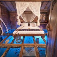 Incrível quarto com chão de vidro revela a beleza de um lago