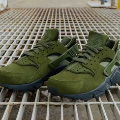 9b7fcb16903c7 Now Available Nike Air Huarache SE in Matte Silver