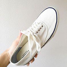 スニーカーの黄ばみ さわやかな夏本番に向けて…白いシャツ、白いパンツ、白い靴……夏には白いものが着たくなりませんか?いよいよ夏本番が近づいて、僕も白を着る頻度が高まっています。そんなお気に入りの白も、着れば着るほど汚れて