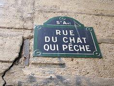 Paris V - Rue du chat qui pêche. Cette rue est la plus étroite de Paris (1,80 mètre de largeur). Selon une légende, elle doit son nom à un chat noir qui, non loin de cette rue, au XVe siècle, aimait pêcher les poissons d'un coup de patte sur les berges de la Seine.