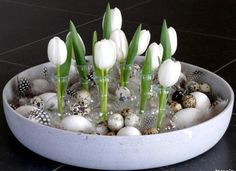 Leuk voor Pasen! Benodigdheden: ronde niet te diepe schaal, bosje tulpen, schelpenzand, glazen bolvaasjes, kippen- en kwarteleitjes, veertjes.
