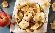 Receta de chips de manzana. Las chips de manzana son un aperitivo o snack sano bajo en calorías perfecto para picar entre horas.