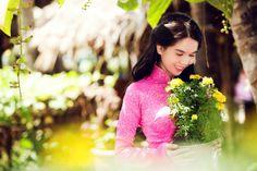 Beautiful Vietnamese Model Ngoc Trinh with Ao Dai Wallpaper Ao Dai Vietnam, Free Hd Wallpapers, Pattaya, Nature Wallpaper, Asian Girl, Sari, Culture, Youtube, People