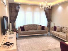 Mor ve gri 2018 yılının en gözde ikilisinden biri oldu. Hem sakin, hem sofis… Purple and gray became one of the most popular duo of It is both calm and sophisticated. Brown Sofa Set, Color Effect, Dorm Room, Modern Decor, Living Room Decor, House Design, Curtains, Furniture, Home Decor