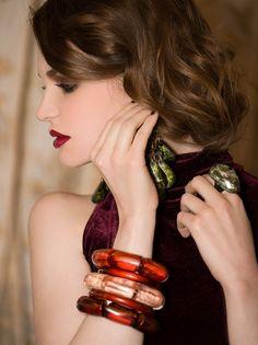 Comment portez les #boucles d'#oreilles Dominique Denaive ?  Avec les #cheveux #attachés ou #détachés, choisissez votre #style selon le modèle !  Retrouvez notre article sur le #blog Dominique Denaive