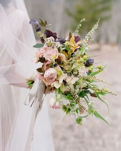 Beautiful wedding flowers inspiration can be found in today's Flowerona blog post. Simply tap on the link in my profile to take a look. (Image : &by @sarah_winward | by @josevilla) | #underthefloralspell #weddingflowersinspiration