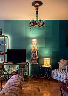 A parede da sala que ela pintou em degradê é um dos meus destaques favoritos. O manequim, as luminárias, a poltrona e o sofá têm estampas criadas por ela. (Foto: Lufe Gomes/Life by Lufe)