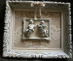 Ancien cadre en bois, dentelle et anges au centre