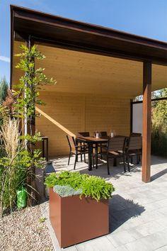 Nowoczesny ogród z drewnianą altaną i słonecznym tarasem - Dom