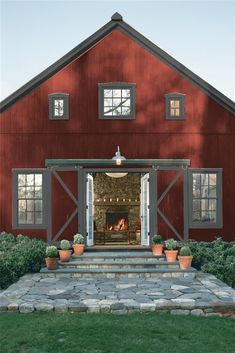 Look at the paint colour combination I created with Benjamin Moore. Via Siding: Raspberry Truffle Trim: Mississippi Mud one of BM most popular colors inside and exterior Cabin Exterior Colors, Rustic Exterior, Ranch Exterior, Exterior Trim, House Siding, House Paint Exterior, Red Houses, Barn Houses, Pintura Exterior
