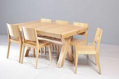 שולחן אוכל אבירים מעץ אלון מבוקע בקווים חדים עם רגל איקס להשלמת מראה עשיר ומעוצב. מידות: 100*160 נפתח ל- 1.50 מ'