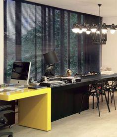 Escritório de arquitetura de Guilherme Torres, Londrina, Paraná / A mesa Half, desenhada por Guilherme, se divide em duas. O lado de laca amarela é usado pelo arquiteto e o ebanizado para reuniões. Lustre Dear Ingo, da holandesa Moooi.