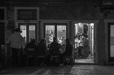 Ferdinando Scianna, Cena di Shabbat nella sede del gruppo Chabad-Lubavitch© Ferdinando Scianna - CoSA | Contemporary Sacred art