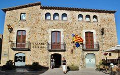 http://guias-viajar.com/ Ayuntamiento del pueblo gótico Pals en el Bajo Ampurdán en la Costa Brava de Cataluña