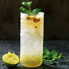 Att göra drinkar på sorbet är smart på flera sätt. Du har en riktigt kall ingrediens att jobba med, med massa smaker inbyggt. Blanda citronsorbet med passionsfrukt, lime och tonicvatten till en läskande alkoholfri drink med vuxen smak. Hörde vi skål? Cocktail Drinks, Fun Drinks, Yummy Drinks, Cocktail Recipes, Beverages, Cocktails, Juice Smoothie, Smoothies, Healthy Juices