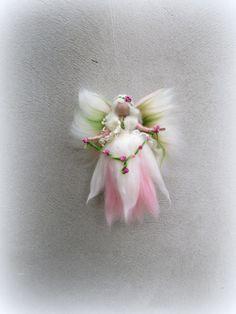 Deko-Objekte - Leana die Blumenranken-Fee, Fee, Waldorf, Wolle - ein Designerstück von filzweiber bei DaWanda
