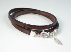 Das ca. 57cm lange Armband aus Flachleder, bestempelt mit einem Motto oder einem anderen kurzen Text, wird dreimal um den Arm gewickelt. Am Verschl...