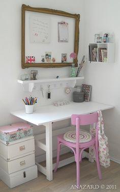 Gorgeous craft room. This is a beautiful blog-http://anazard.blogspot.fr/2011/05/der-schreibtisch-im-ferienhaus.html#