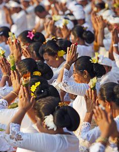 www.villabuddha.com  Bali  Beautiful balinese women praying