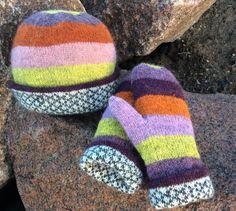 Farverig strik til grå dage. Hue og vanter er med strikket for. Vanterne er med...