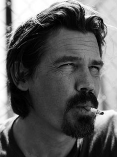 Josh Brolin (Men In Black True Grit, No Country for Old Men). He's grown into a fantastic actor since the days of The Goonies. Also, he does the best Tommy Lee Jones impression ever. James Brolin, Josh Brolin, Beautiful Men, Beautiful People, Tommy Lee Jones, Hedi Slimane, Beard No Mustache, Looks Cool, Film Review