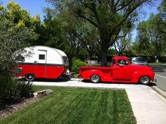 Vintage Cars Vintage cars and vintage trailers- this is exactly the kind of work we do at Timeless Rides and Rods! We love putting together a vintage vehicle to match the era of the vintage trailer it pulls. Vintage Campers Trailers, Retro Campers, Vintage Caravans, Camper Trailers, Retro Rv, T1 Bus, Vw T1, Classic Campers, Trains