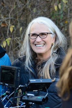 Jane Campion - New Zealand film director, script writer, and producer. An amazing talent. 59 years old. Pelo Color Plata, Female Directors, Films Cinema, Film D'animation, Ageless Beauty, Going Gray, Portraits, Aging Gracefully, Film Director