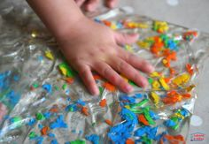 Craignez-vous d'organiser des séances de peinture à la maison? Même si malgré nos conseils, vous n'êtes pas à l'aise avec des activités créatives salissantes, je vous propose d'essayer cette alternative plus tranquille : faire de la peinture dans un sac. Au moins, la peinture reste concentrée dans le sac et il n'y a pas de risque de tâche. Les sensations ont plu aux enfants, qui se sont amusés à pulvériser la peinture en tous petits morceaux. Matériel nécessaire pour jouer à peindre Cet…