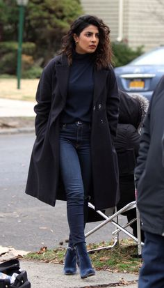 """Priyanka Chopra - Pictured having a fun day filming scenes at the """"Quantico"""" set in Ditmas Avenue in Brooklyn, NY - February 2018 Bollywood Fashion, Bollywood Actress, Quantico Priyanka Chopra, Hollywood Heroines, Celebrity Look, Celebrity Crush, India, Winter Fashion, Street Style"""