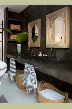 Love the mirrors, mirroir, salles de bain, salle de bain, washroom, bathroom, towels, serviette, panier, sink, intage, dark, noir, brun, brown, water, decor, deco, decoration, shower, douche, plante