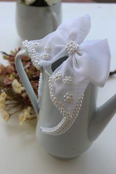 Tiara em perolas brancas, com laço com aplicação de perolas, lindaaa!   Essa tiara é perfeita para sua Daminha!