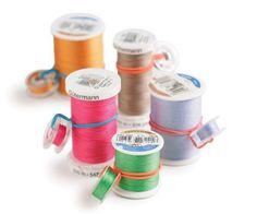Bobines organizadas com as linhas de costurar