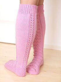 Näiden sukkien tarina alkaa, kun Elina pyysi neulomaan hänelle vaaleanpunaiset pitsineulesukat, polvimittaiset. Minulla oli heikot muisti...