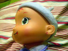 Muñeca con pendientes.